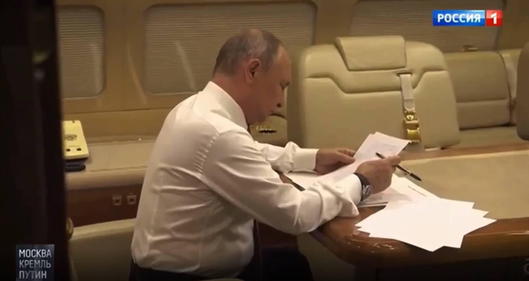На высоте 11 тысяч метров: Путина показали за работой в самолёте перед встречей с Байденом