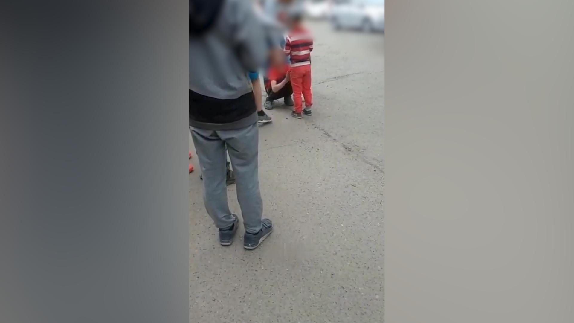 """В Красноярске """"яжемать"""" прилюдно поставила на колени """"обидчика"""" сына и заставила извиниться"""