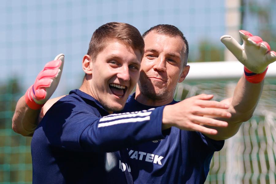 <p>Игорь Дивеев (слева) с Артёмом Дзюбой. Фото © РФС</p>