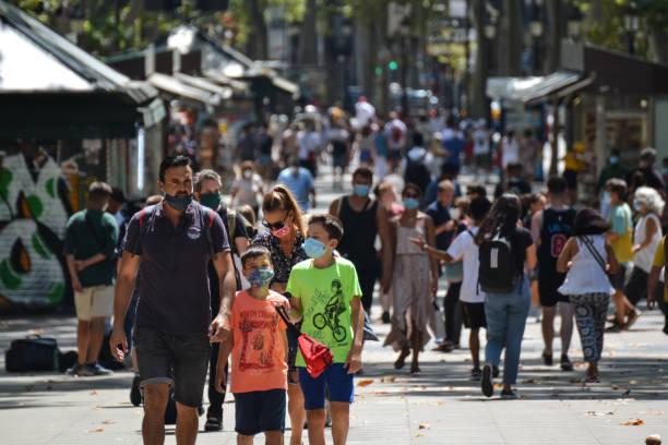 В Испании отменили обязательное ношение масок на улице