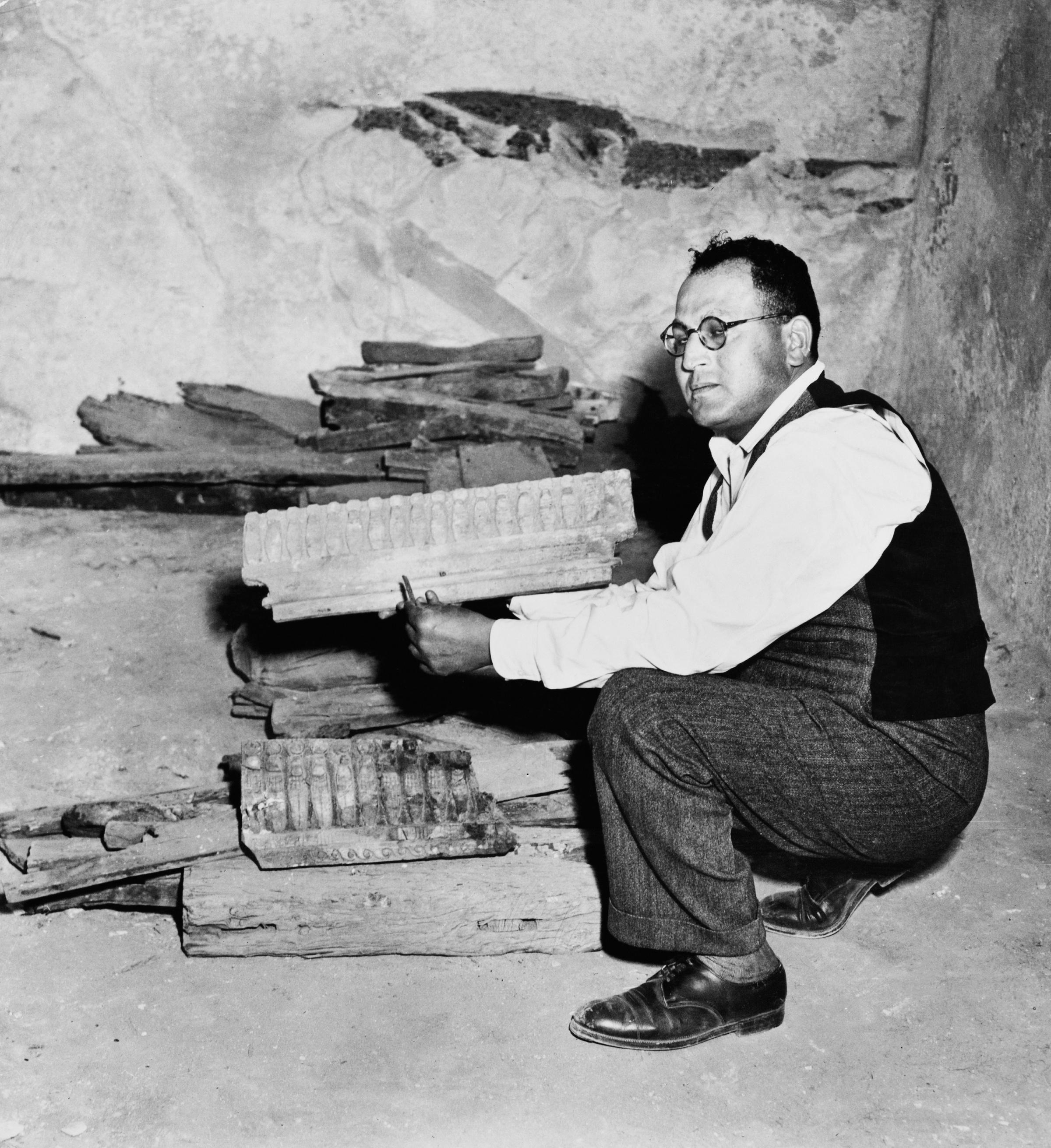 Закария Гонейм держит древний египетский резной деревянный фриз во время раскопок (возможно, у гробницы Ментуемхата в Фиванском некрополе). Фото © Getty Images / Pictorial Parade / Archive Photos