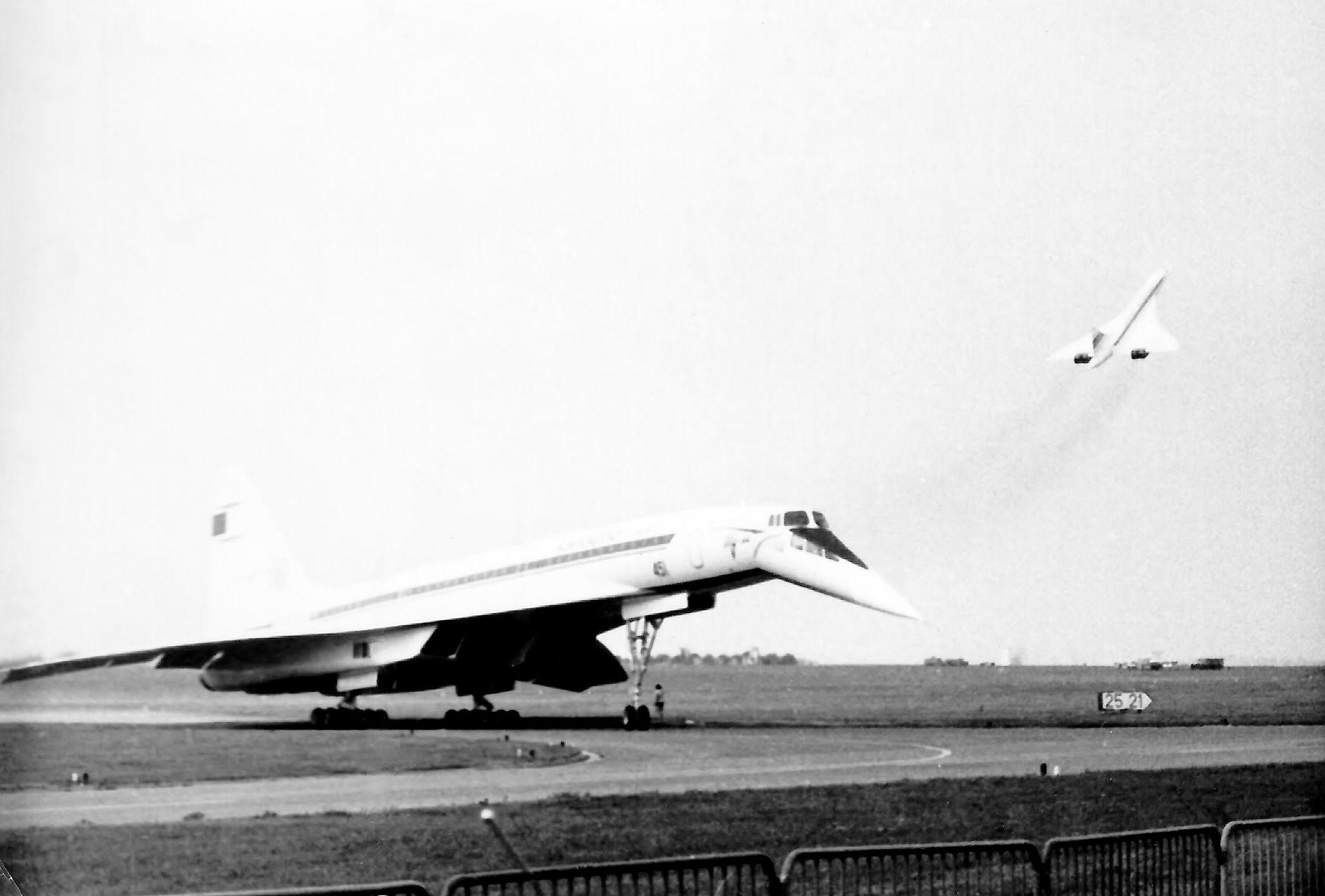 """Борт СССР-77102 выруливает на ВПП (на заднем плане— взлетающий """"конкорд""""). Фото © Wikipedia"""