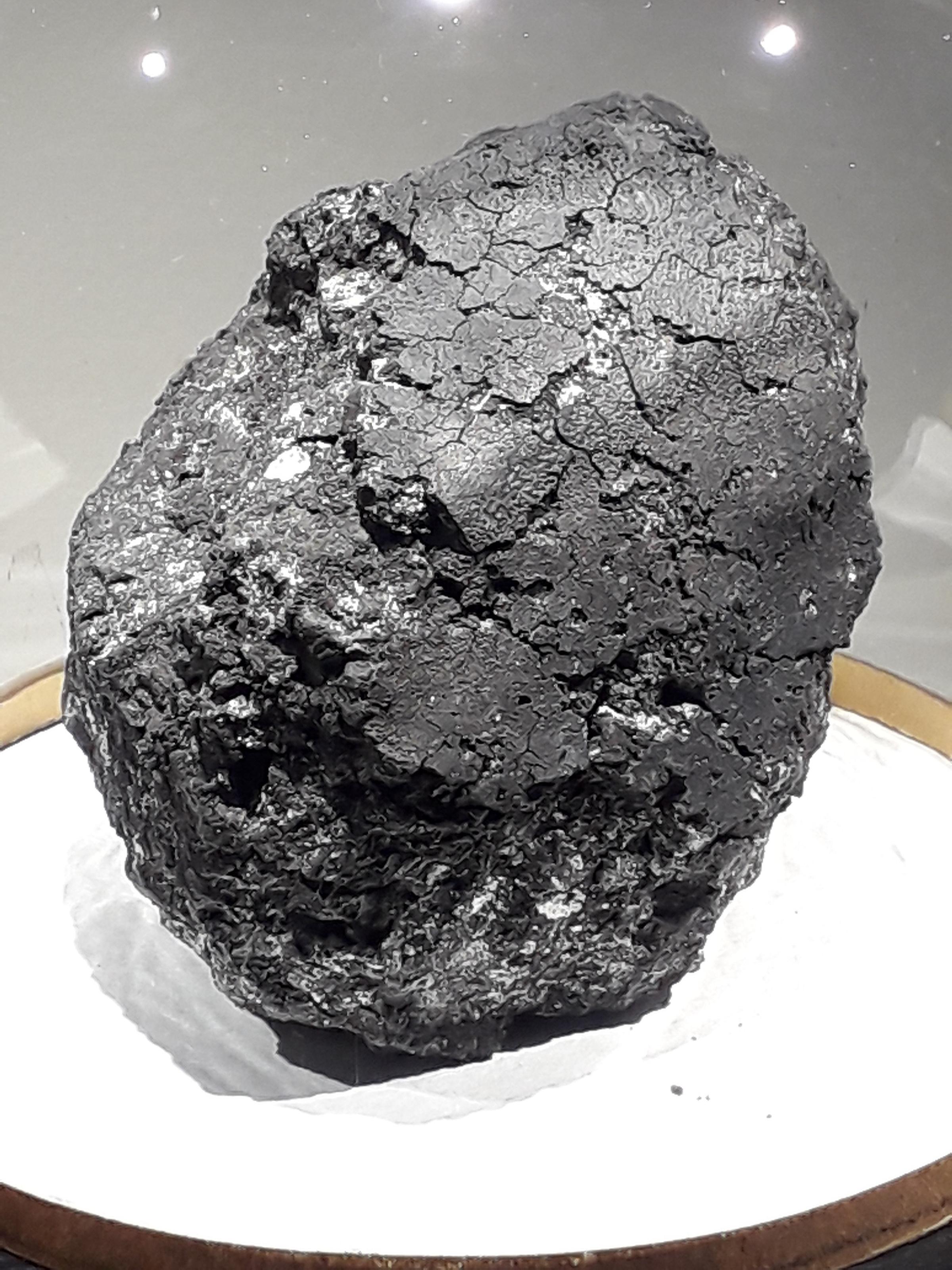 """Фрагмент метеорита Оргей, Франция. Фото © """"Википедия"""""""