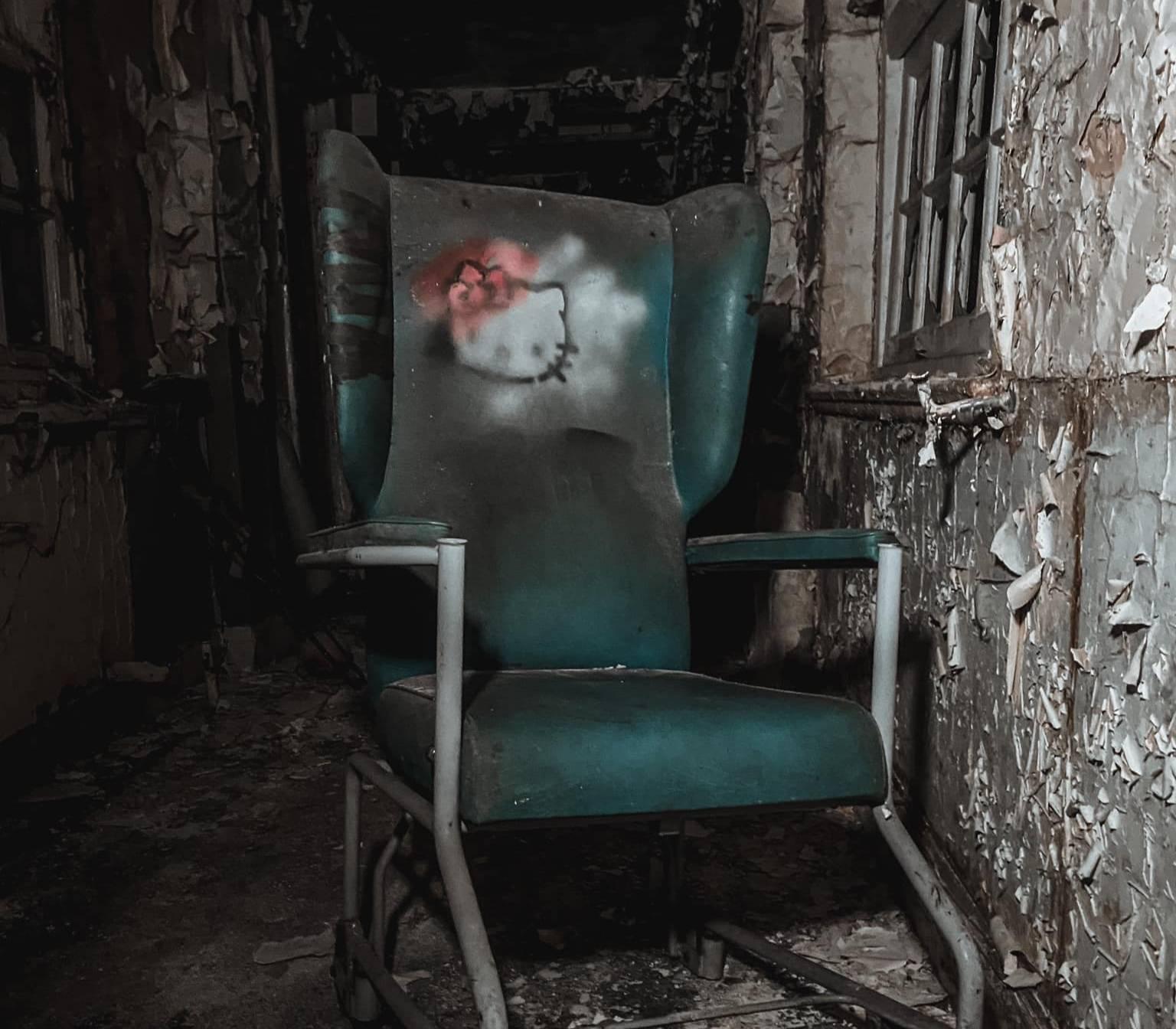 15 жутких фото заброшенной больницы, которая с годами превратилась в декорации для фильма ужасов