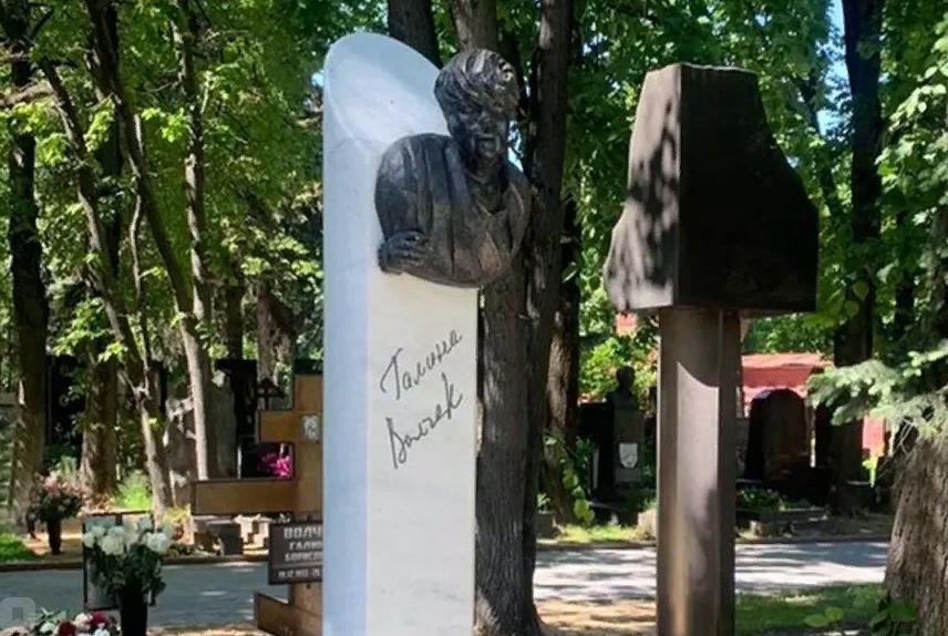 Ужас больше никто не увидит: Скандальный памятник на могиле Волчек накрыли брезентом