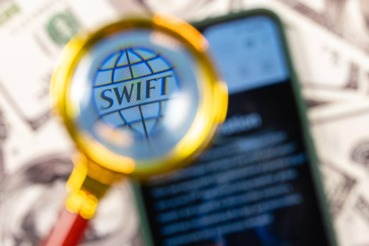 Эксперт назвал риторическим приёмом угрозы отключить Россию от SWIFT