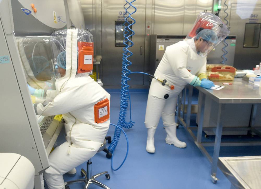 <p>Лаборатория в Институте вирусологии Ухани. Фото © ТАСС / EPA / SHEPHERD HOU</p>
