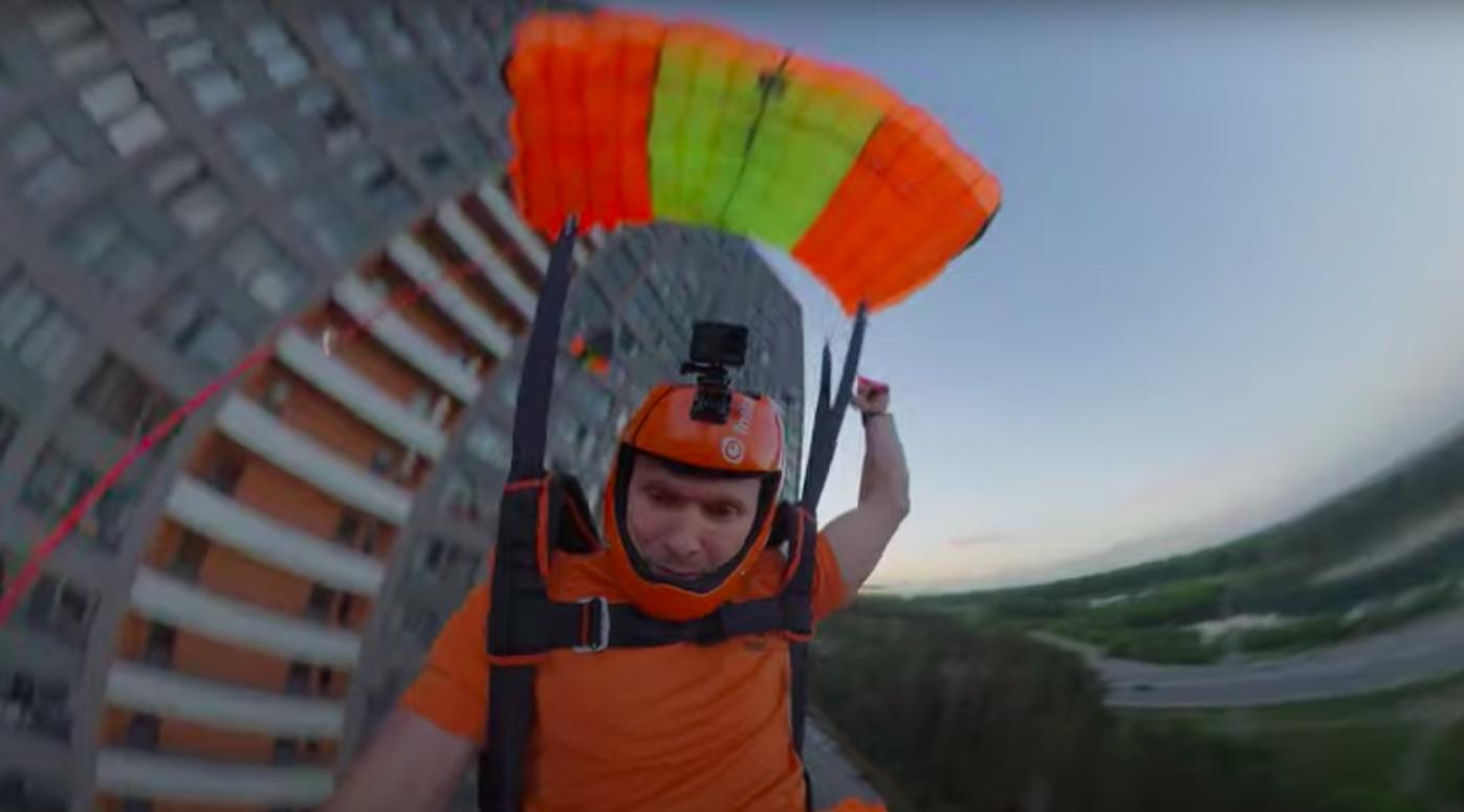 В Екатеринбурге бейсджамперы прыгнули с многоэтажки и показали захватывающее дух видео от первого лица