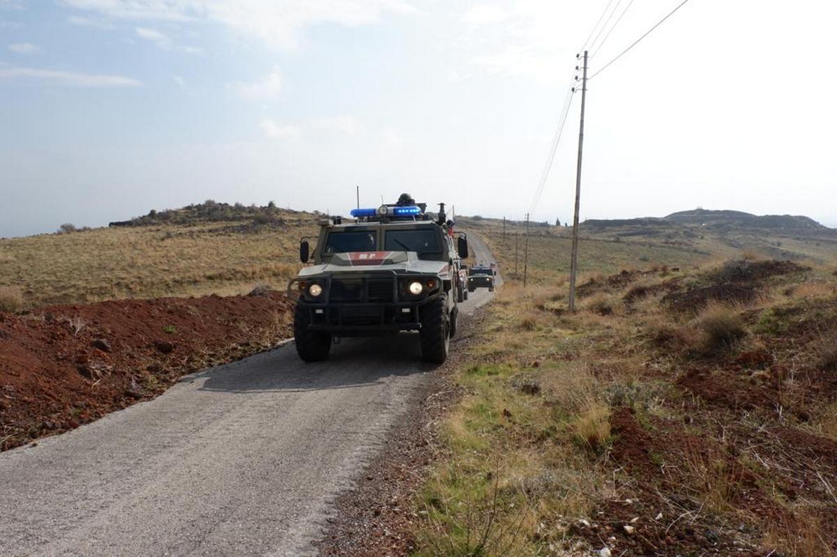 Один российский военный погиб, трое ранены при подрыве броневика в Сирии