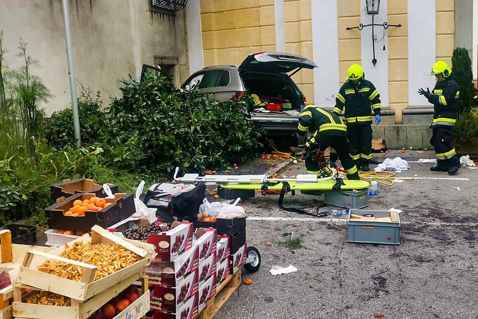 Пенсионер въехал в торговую палатку в Австрии, пострадало 13 человек
