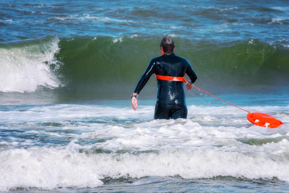 1230377754597.7986 На Крите спасатель дважды выудил из бушующего моря одну и ту же тонувшую россиянку