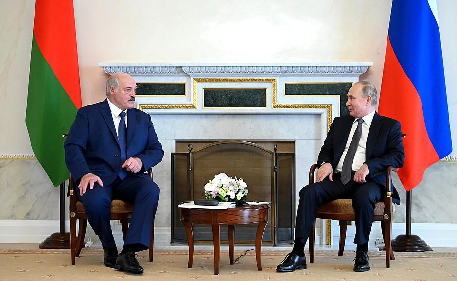 """726498639923.6777 """"У вас ещё терпимо"""": Лукашенко обсудил с Путиным аномальную жару"""