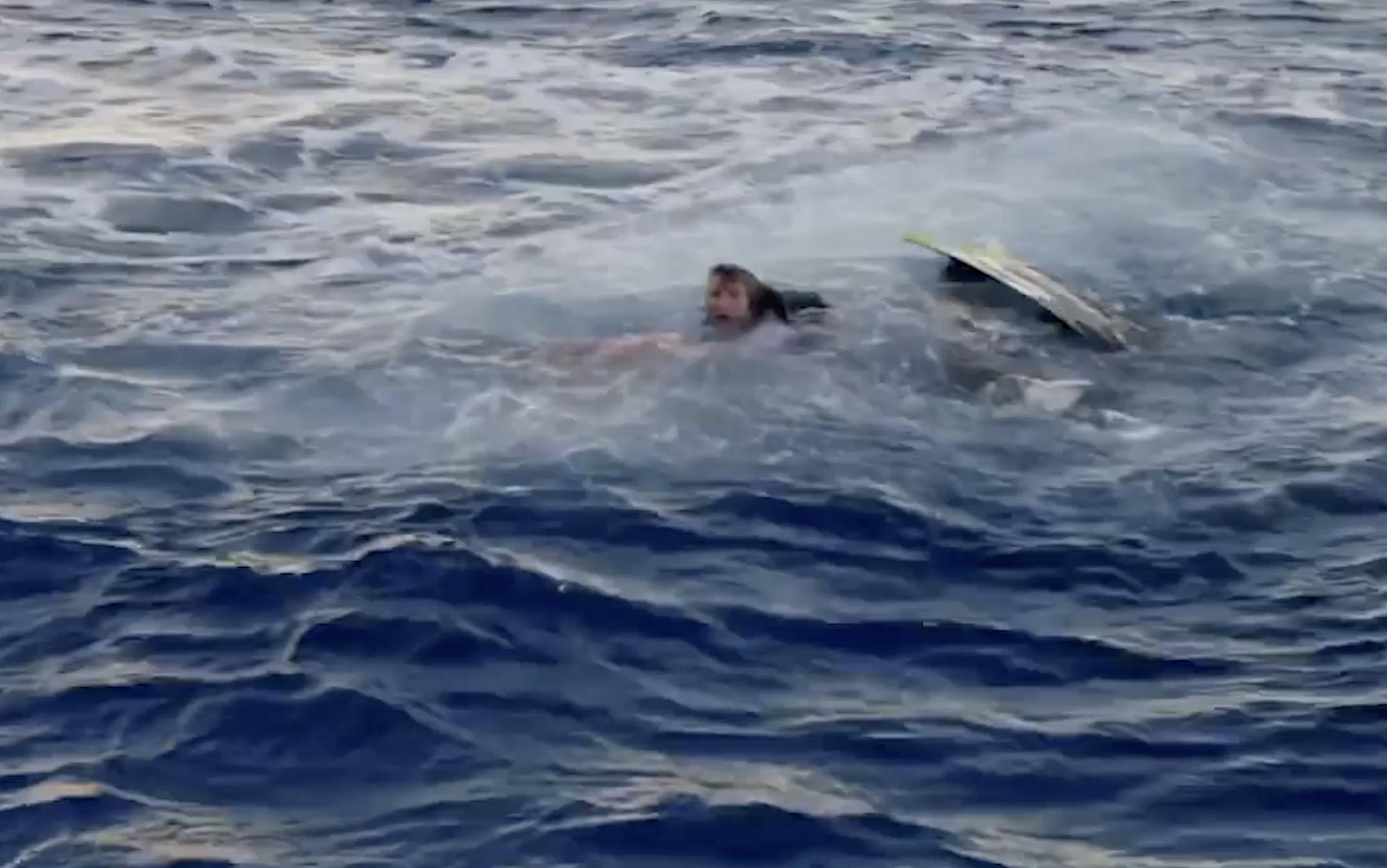 """967980375474.8148 Акулы набросились на звезду """"Чудаков"""" прямо во время съёмок, окрасив воду вокруг него в алый цвет"""