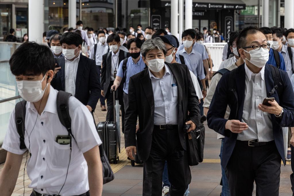 В Токио перед Олимпиадой четыре дня подряд выявляют более тысячи новых случаев ковида