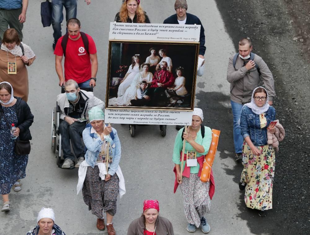 В Екатеринбурге верующие вышли на Царский крестный ход, несмотря на его отмену