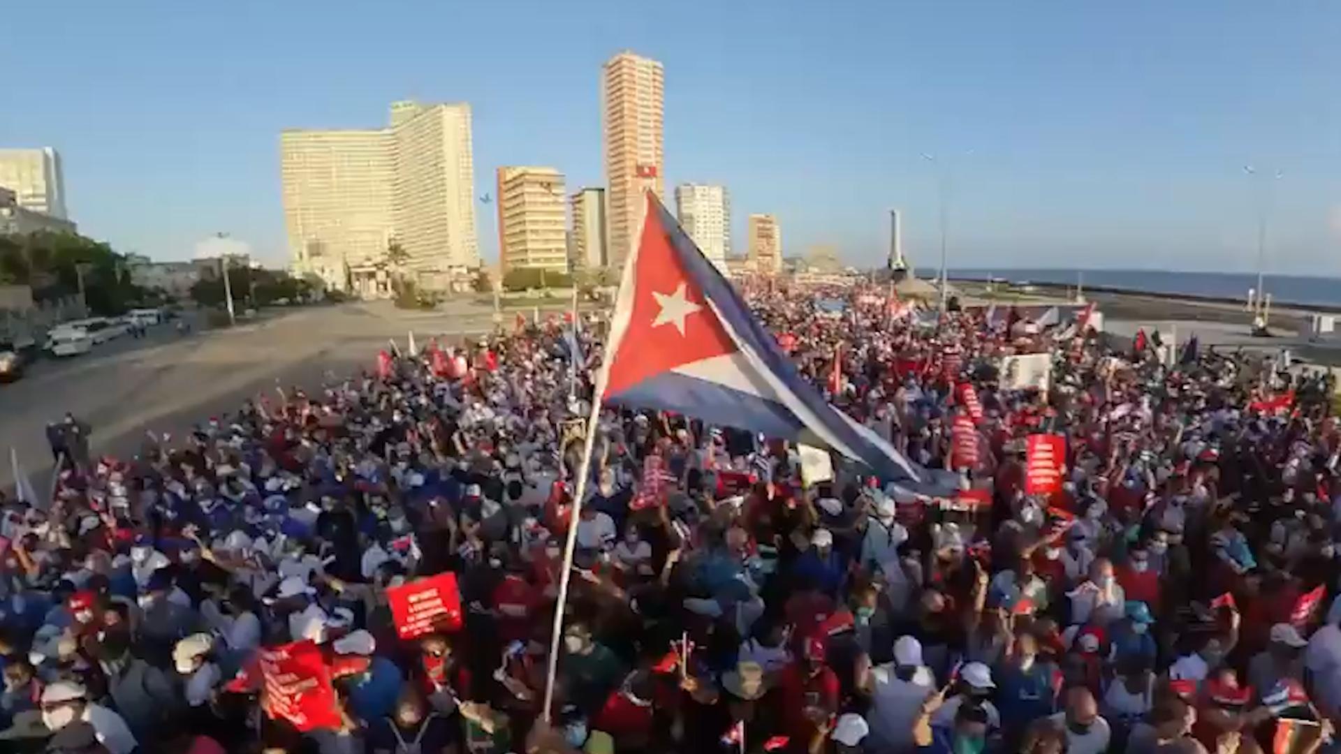 На Кубе более 100 тысяч человек вышли на митинг в поддержку властей страны