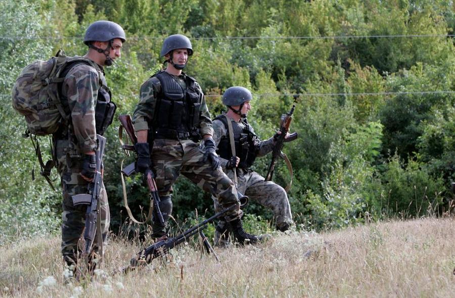 Грузинские солдаты наблюдают за местностью недалеко от Гори, Грузия. Фото © ТАСС / AP Photo / Darko Bandic, File