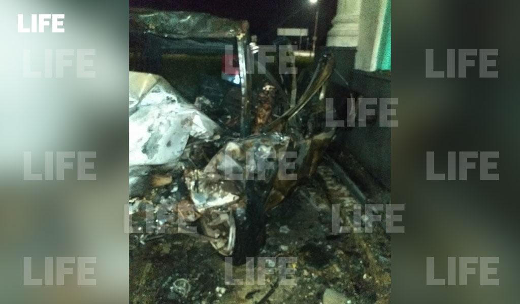 В Нижегородской области водитель врезался в стелу и сгорел заживо. Видео с места происшествия в редакцию Лайфа прислал гражданский журналист через приложение LiveCorr (доступно на Android и iOS)