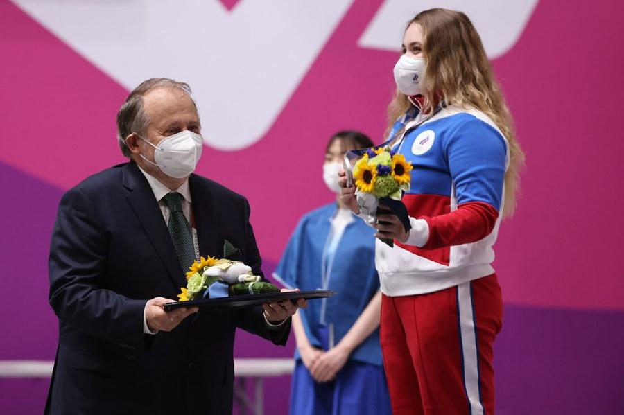 "<p>Анастасия Галашина получает серебряную медаль. Фото © Twitter / <a href=""https://twitter.com/Olympic_Russia/status/1418775912896679943/photo/3"" target=""_blank"" rel=""noopener noreferrer"">Olympic_Russia</a></p>"