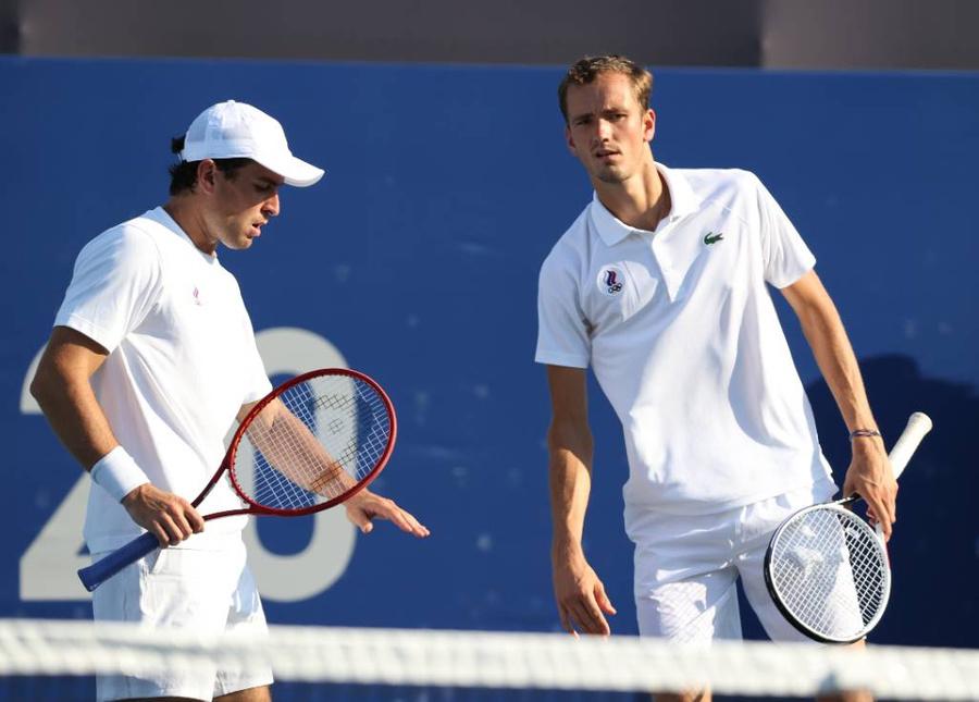 <p>Даниил Медведев и Аслан Карацев (ОКР) (справа налево). Фото © ТАСС / Станислав Красильников</p>