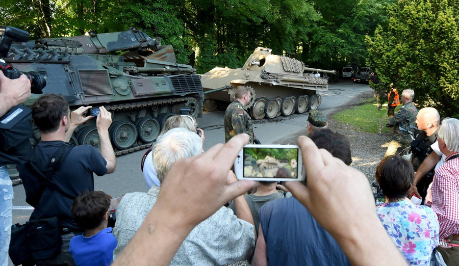 "<p>Буксировка изъятого у пенсионера танка ""Пантера"" в 2015 году. Фото © Facebook / <a href=""https://www.facebook.com/rheinzeitung/?__tn__=-UC*F"" target=""_blank"" rel=""noopener noreferrer"">Rhein-Zeitung</a></p>"