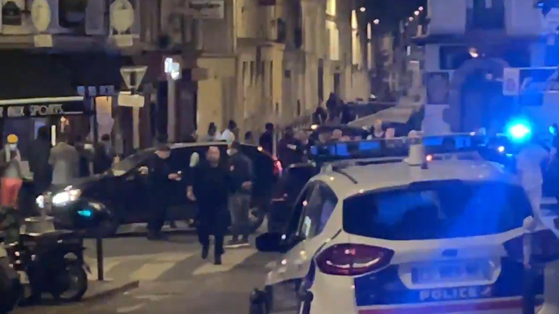 В Париже неизвестный на автомобиле протаранил террасу кафе, один человек погиб