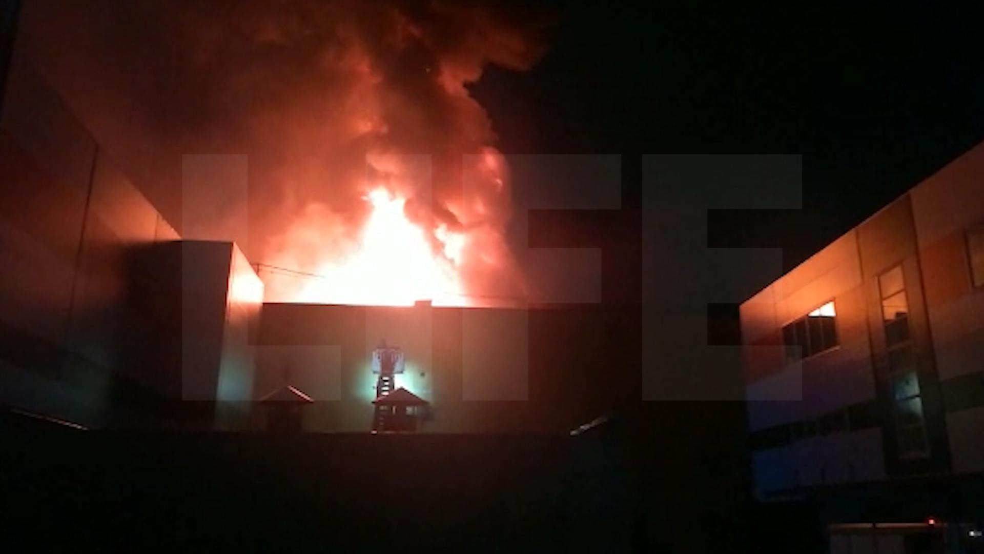 На юго-востоке Москвы загорелся склад на площади 2 тысячи квадратов, тушат с вертолётов