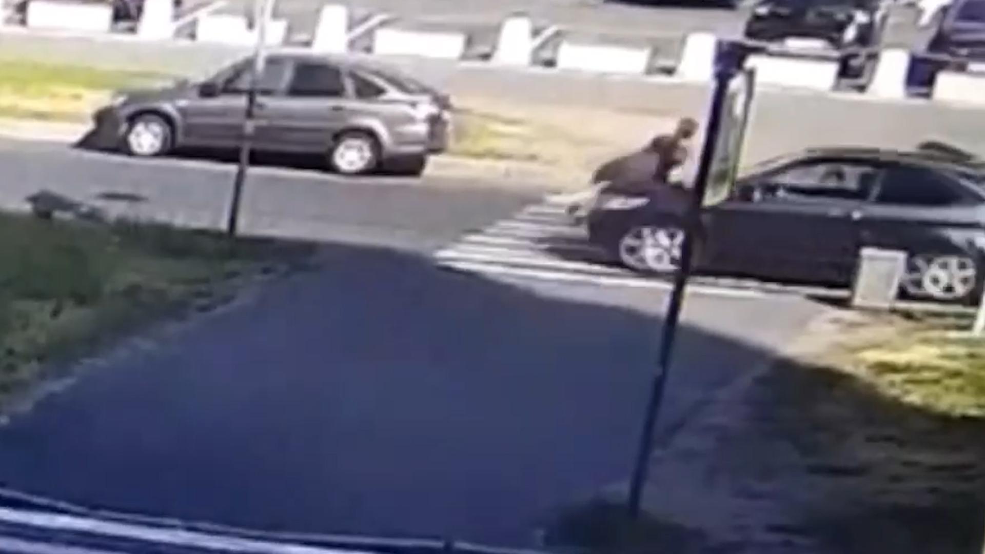 Девушку с ребёнком на электросамокате сбили на зебре в Петербурге