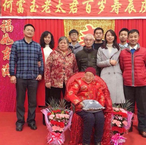 Ченг Цзин (третья справа), Хэ Фуюй (на кресле) и остальные члены семьи. Фото © Cheng Jing