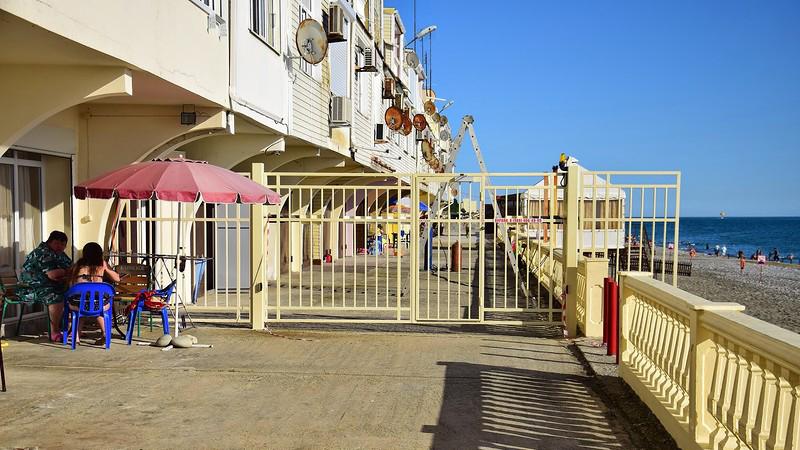 Забором прерывается набережная возле эллинга депутата Госдумы от партии ЛДПР. Фото © Yaplakal.com