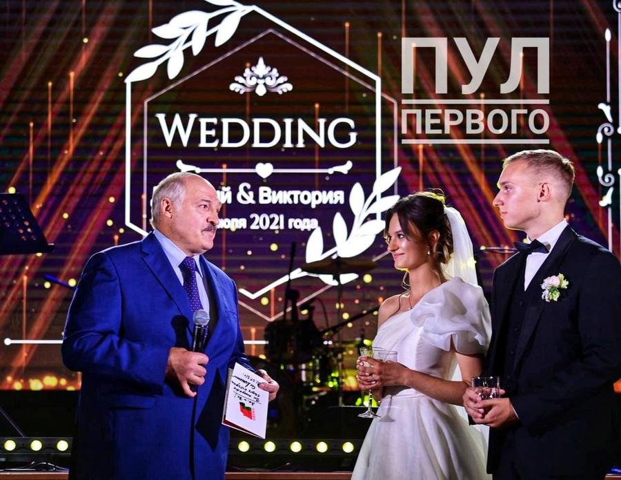 "<p>Александр Лукашенко, его внучка Виктория и её супруг. Фото © Telegram /<a href=""https://t.me/pul_1"" target=""_blank"" rel=""noopener noreferrer""> ""Пул Первого""</a></p>"