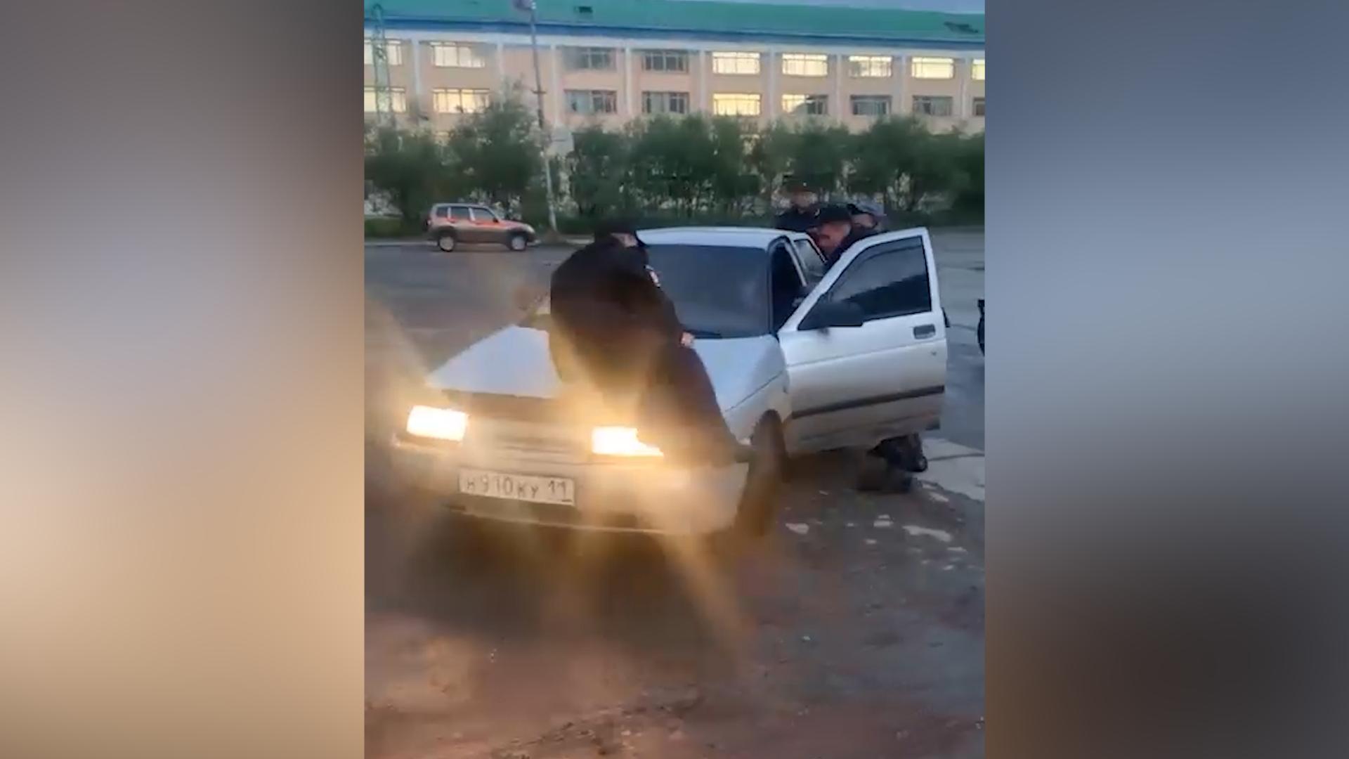 """В Воркуте пьяный водитель """"десятки"""" прокатил полицейского на капоте"""