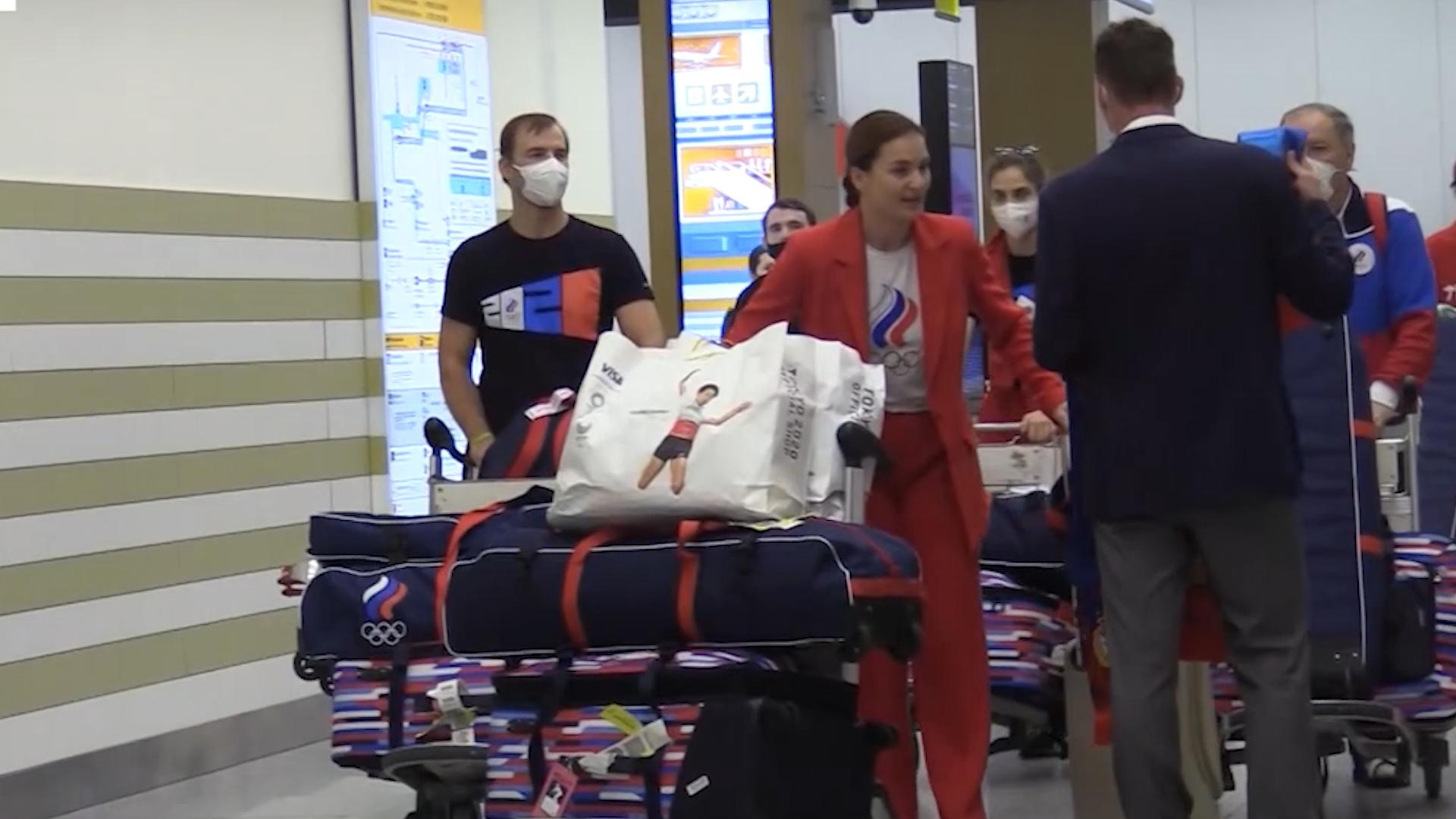 С объятиями, улыбками и кричалками: В Москве встретили российских саблисток, взявших золото Олимпиады в Токио