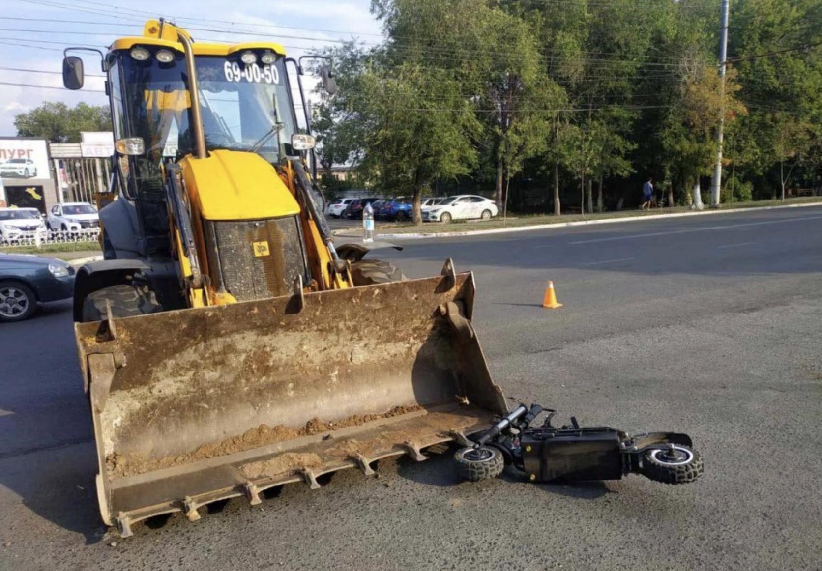 В Оренбурге электросамокатчик влетел в трактор и получил ковшом по голове