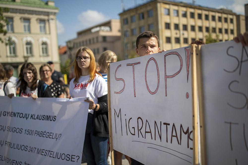 Акция протеста в Вильнюсе против размещения нелегальных мигрантов в населённых пунктах Литвы. Фото © ТАСС / АР / Mindaugas Kulbis