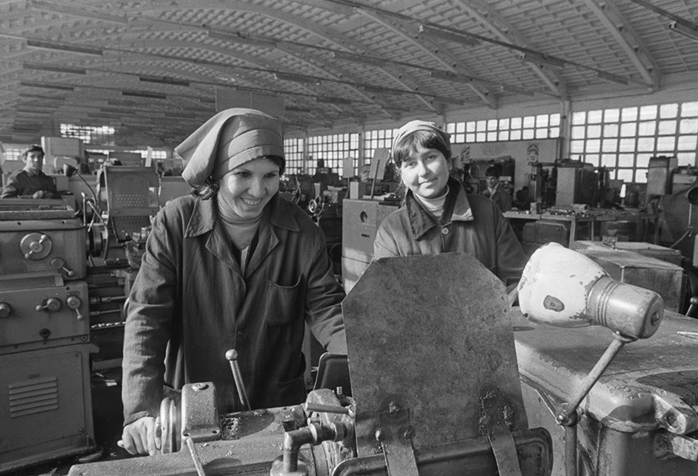 Демократическая Республика Афганистан. Джангалак. 1 января 1986 г. Работницы Джангалакского авторемонтного завода Эногуль и Шукрия. Фото ©ТАСС / Надеждин Георгий