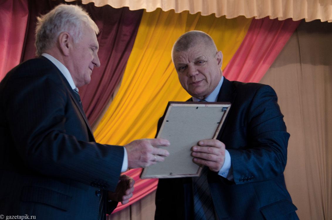 Мэр Каменска-Шахтинского вручает Сергею Поварову диплом за эффективность. Фото © Gazetapik.ru