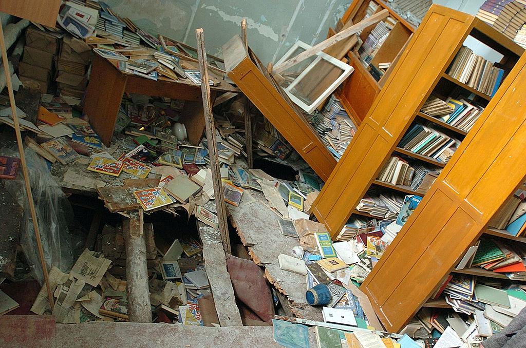Дыра в полу библиотеки в школе. Фото © Getty Images / Scott Peterson