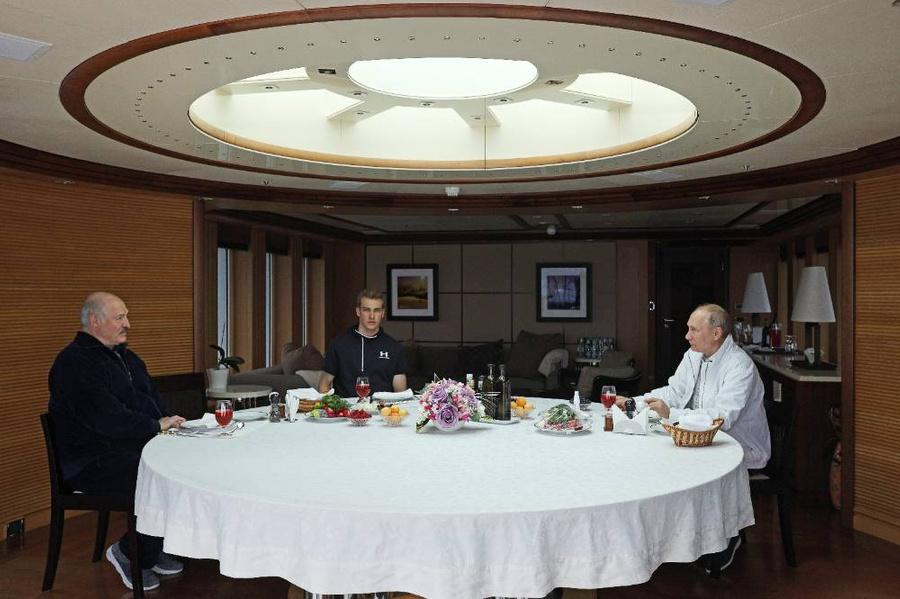 Николай Лукашенко на неформальной встрече с Владимиром Путиным. Фото © ТАСС / Сергей Ильин / Пресс-служба президента РФ
