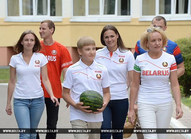 Коля Лукашенко и справа от него — другая его возможная мама, Светлана Коношенко. Фото © belta.by