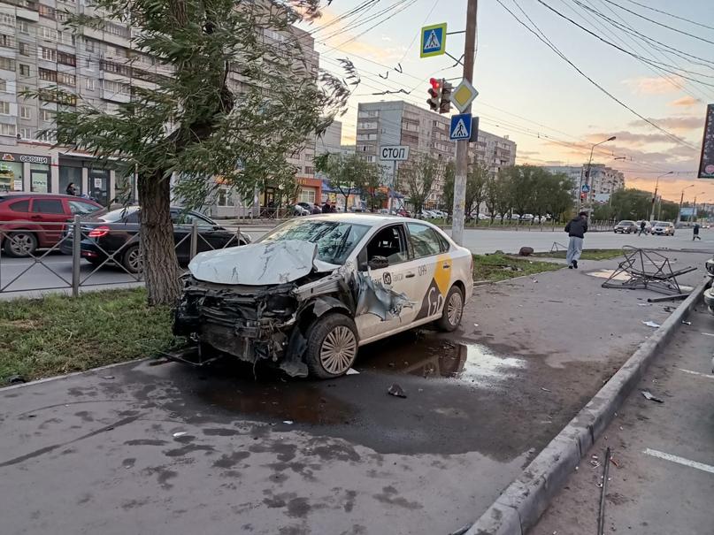 В Омске таксист вылетел на тротуар и сбил трёх пешеходов
