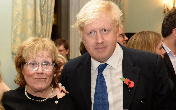 Борис Джонсон с матерью. Фото © Twitter / grimmyyyyyy
