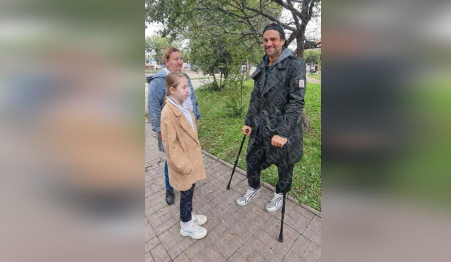 """Актёр из """"Бомбилы"""" и """"Склифосовского"""" Дмитрий Миллер оказался на костылях. Фото © портал Дни. ру"""