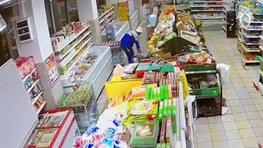 <p>Обработка от насекомых в супермаркете на Совхозной улице. Скриншот видео © СК РФ</p>