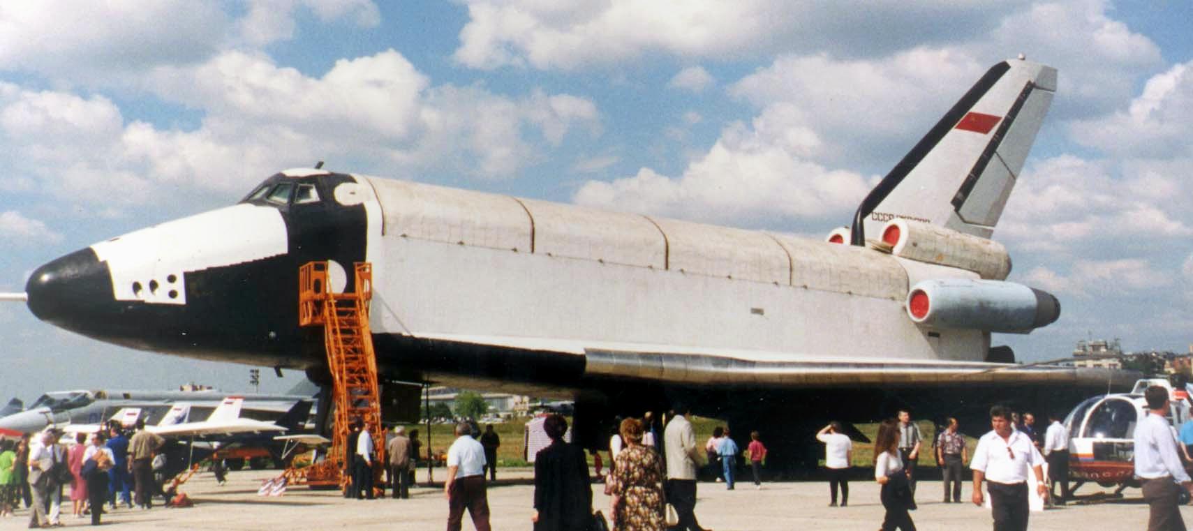 """Третий экземпляр космического корабля """"Буран"""" на аэродроме в Жуковском. Фото ©Wikipedia"""