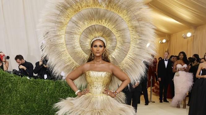 Самым безупречным эксперты моды считают образ Иман на Met Gala. Кадр из видео © Twitter / Vogue