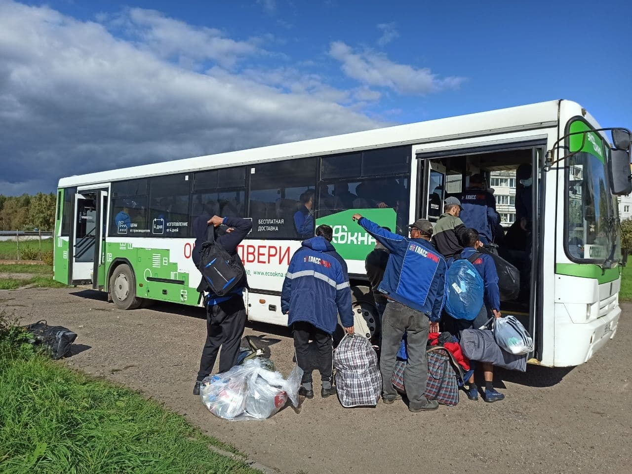Последние мигранты покидают общежитие в селе Бужаниново. Фото ©t.me / PressaSP
