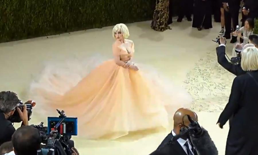 Билли Айлиш предстала впервые в столь женственном образе — Мэрилин Монро на Met Gala. Кадр из видео © Twitter / Vogue
