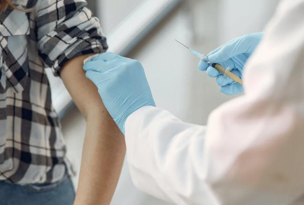 Эксперт: Статья Lancet о ревакцинации вредна тем, что подрывает доверие к медикам