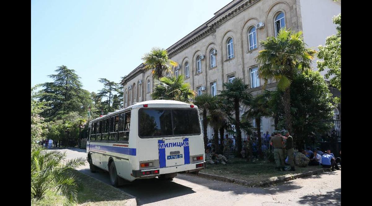 1207148676224.4265 В Абхазии возбудили уголовное дело на пытавших российского туриста милиционеров